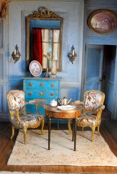 This screams cinderellas castle to me! Ninette and Co: the small blue room