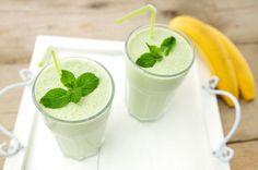Deze banaan smoothie met munt is heerlijk verfrissend, romig en zoet. Het is eigenlijk een gezond fruit snoepje! Zo'n smoothie recept is klaar in een handomdraai, helemaal met banaan.
