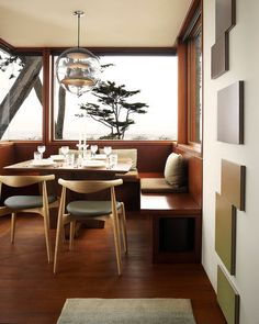 Houzz Tour: Wood and Wonder in a Modern Carmel Residence | The first floor may be oriented to the introverted courtyard, but I could see the breakfast area being one of the owners favorite spots. It is cozy, it has well-integrated built-in seating and it has that view — the trees in the foreground and the water beyond are sights hard to tire of. Architectural Digest, Deco Design, Küchen Design, Design Ideas, Midcentury Modern, Interior Architecture, Interior And Exterior, Mid Century Modern Dining Room, Decoracion Vintage Chic