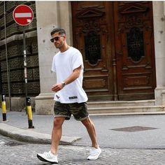 Adidas Ultra Boost. Macho Moda - Blog de Moda Masculina: Adidas Ultra Boost, Dicas de Looks Masculinos com o Sneaker. Sneaker, Tênis Masculino, Moda Masculina, Moda para Homens, Streetwear, Streetwear Masculino, Roupa de Homem. Camiseta Off White, Bermuda Camuflada