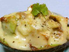 豆腐とチーズのアボカドココット♪  お豆腐とアボカドをチーズでこんがり熱々のココット~味噌&醤油でコク旨に! love_daku   材料 (2人分) アボカド 1個 豆腐 30g スライスチーズ 2枚 ★味噌 小2強 ★醤油 小2 ★砂糖 小1弱  作り方 1 アボカドは種を取り除きスプーン等で中身をとります。  ★を混ぜあわせます。 2 豆腐は大きめのさいのめにカットし、キッチンペーパー等で軽く水切りします。 3 アボカドと豆腐を★の調味料であえてから皮に戻します。 4 3にチーズをのせトースター等で焼き出来上がりです。 コツ・ポイント スライスチーズは皮の内側に入れ込むようにして焼きます。