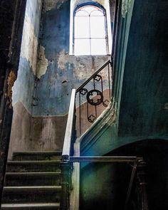 Old memories  Abandoned villa in Italy  #abandoned #abandonedplaces #stairs #urbex #urbanexploration #colors #villa #italy #italia #villagrossodigrana #canon #old #memories #explore #exploration #adventure #light #igersitalia #igerspiemonte #decay #architecture #architecturephotography #architecturelovers #architettura