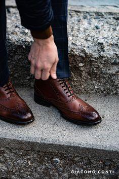 Buty męskie z Giacomo Conti , zaprojektowanej na sezon jesień/zima 2017. Wykonane z najwyższej jakości skóry naturalnej, która podnosi komfort noszenia, zostały wzbogacone o szereg detali. Modne przeszycia oraz ozdobne dziurkowanie nadają butom oryginalności i niepowtarzalnego charakteru. Wyższa cholewka fantastycznie ochroni stopę przed zimnem w chłodne dni. Men Dress, Dress Shoes, Smart Casual, Oxford Shoes, Lace Up, Winter, Collection, Fashion, Mont Blanc