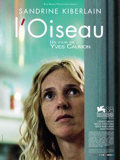 L'Oiseau est un film de Yves Caumon avec Sandrine Kiberlain, Clément Sibony. Synopsis : Anne n'a pas d'amis, pas d'enfants, pas d'amants. Elle fait semblant de vivre. Un jour, un oiseau entre dans son appartement…