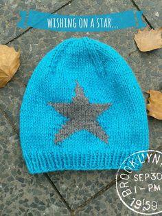 Eine Mütze mit Stern zu stricken ist gar nicht so schwer wie ich dachte. Der Trick ist, dass du während du den Stern strickst mit 3 Knäulen arbeiten musst.