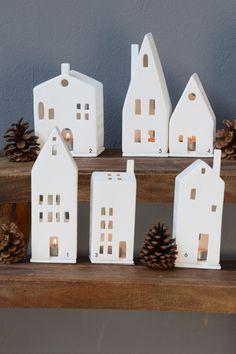 Ein Klassiker zur Weihnachtszeit: Lichthäuser aus unglasiertem Porzellan in verschiedenen Ausführungen. Gerade in der Gruppe kommen sie besonders gut zur Geltung. Eine wunderschöne, stimmungsvolle Dekoration für Ihre Fensterbank. Höhe kleinstes...