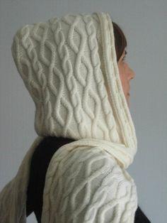 Шарф-капюшон. Вот такой необычный шарф можно связать спицами. Он заменит и головной убор и согреет шею.
