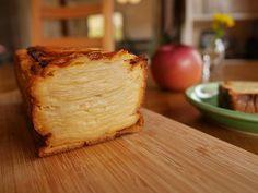 フランスで流行っているというガトー・インビジブル(見えないケーキ)。日本でもオレンジページで取り上げられてから、じわじわ流行しはじめています^^ たっぷりの薄切りりんごに、卵と牛乳の味わいが優しくて、 Sweets Recipes, Cooking Recipes, Desserts, Apple Strudel, Cheese, Baking, Cake, Food, Suits