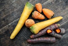 """Rechts oben Ochsenherzkarotte: intensiv schmeckende Urform. Links Gelbe Rübe: Nicht so süß wie """"normale"""" Karotten, hat mehr Trockensubstanz. Ideal für pikante Gerichte und etwa Wildsaucen.   Rechts unten Purple Haze: Die doppelfärbige Urkarotte, der lila Farbstoff ist besonders gesund. Mehr dazu hier: http://www.nachrichten.at/oberoesterreich/hoamatland/G-riss-ums-G-mias;art160787,1697898 (Bild: Weihbold)"""