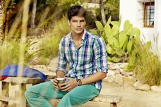 ¡Está llegando la primavera a Toro de Osborne! ¿Te apuntas a los pantalones de colores con el #modelo Javier De Miguel? #moda
