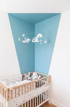 Hou een babykamer rustig en gebruik enkel 2 kleuren, zo blijven de prikkels beperkt voor je kleine spruit!