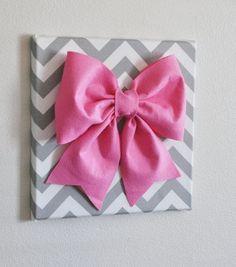 Que tal deixar sua casa bem ao estilo girly e usar laços na decoração? Eu adoro a ideia! Mas se você tem algum receio que seu marido não vá gostar, você ainda pode usar os laços para o seu escritór…