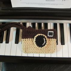 Camera Themed Case for Phone or Camera ~ Free Crochet Pattern http://craftyghoul.com/2013/12/11/camera-themed-case-for-phone-cigarettes-camera-etc-free-crochet-pattern/