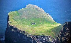 CASA MAIS ISOLADA DO MUNDO Rodeada apenas pelo mar e sem energia elétrica, residência abriga caçadores durante a alta temporada. Você conseguiria viver no meio do nada, escondido de tudo e todos? Sem internet ou eletricidade, a ilha de Elliðaey, no sul da Islândia, proporciona essa experiência a algumas pessoas. O local, que somente é cercado pelas águas do norte do oceano Atlântico, abriga uma casa considerada a mais isolada do mundo. (Foto: Chris Zielecki/Flickr)