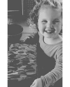 Proud of you sweetie  Your first apple pie  #cutie #littlegirl #curls #blondie #baking #pie #apple #yum #aila #babysitting #willmissher #blackandwhite #photography #aupair  #lecker #apfelkuchen #backen #selbstistdiefrau