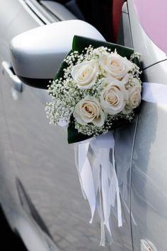 Schöner Autoschmuck in weiß und grün mit weißen Rosen und Schleierkraut. © winston - Fotolia #autoschmuck #hochzeitsauto #hochzeitsfloristik