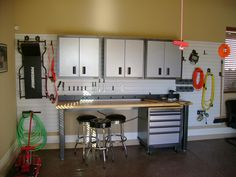 Play with different kinds of Garage Shelving Ideas and choose one that suits your garage. There are many interior decorators who can design a custom garage shelf unit. Best Garage Shelving, Garage Storage Cabinets, Storage Shelves, Build Shelves, Kitchen Cabinets, Small Garage Organization, Organizing Tips, Organized Garage, Workshop Organization