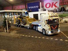 Scania Truck mit Cat Bagger auf dem Auflieger #scania #cat #truck #lkw #berlin #r730