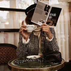 Tweed jacket with cream turtleneck. French girl style at a cafe. Audrey Leighton Rogers' coffee break at Cafe de Flore in Paris, France Paris Chic, Anais Nin, French Lifestyle, Luxury Lifestyle, Foto Pose, Parisian Style, Parisian Cafe, Parisian Fashion, Foto E Video