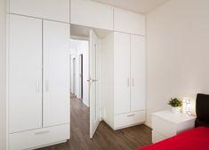 Úložný prostor v ložnici řeší skříně na míru.