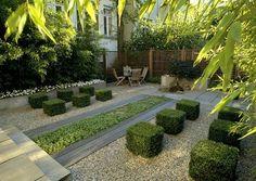 Modern und einladend: Kies, Buchsbaum in Würfeln, Sitzplatz, Hochbeet