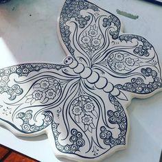 Uç uç kelebek 🌸🦋 #çini#çinikelebek #lale#çinitahrir Ceramic Design, Ceramic Art, Turkish Art, Rangoli Designs, Clay Tutorials, Bookbinding, Pattern Art, Stoneware, Diy And Crafts