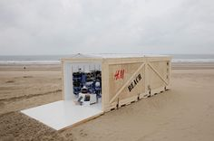 H&M pop up store at the beach in my home town The Hague, The Netherlands Foto's via: Jonathan Loek.