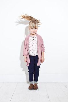 Le petit gilet rose, l'indémodable du dressing des petites filles