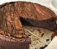 Torta de chocolate low carb com 3 ingredientes Tortas Low Carb, Bolos Low Carb, Bolo Chocolate Low Carb, Chocolate Fit, Healthy Candy, Low Carb Deserts, Keto Cake, Paleo Sweets, Dessert Recipes