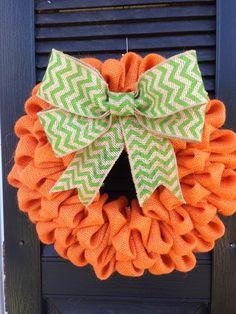 couronne de porte à thème Halloween en orange et vert avec un ruban en jute - idées DIY