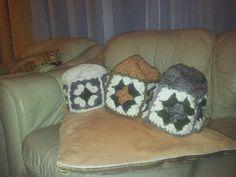 Gorritos con lana natural y teñido con hierbas.