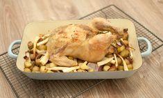 Deze hele kip uit de oven met krieltjes en pastinaak is een ultiem weekendgerecht. Het duurt even maar dan heb je wel wat. Extra lekker met appelmoes.