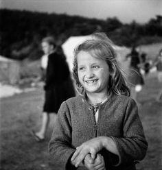 Πορτραίτο κοριτσιού σε κατασκήνωση. 1945-1946 Βούλα Θεοχάρη Παπαϊωάννου Greece Pictures, Old Pictures, Benaki Museum, Greek Culture, Civilization, Ww2, Black And White, People, Photos