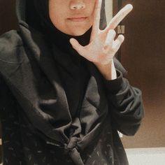 Cwek Ootd Hijab, Hijab Chic, Girl Hijab, Girl Pictures, Girl Photos, Girls Mirror, Local Girls, Sad Girl, Ulzzang Girl
