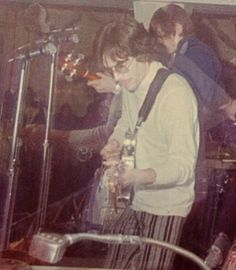Syd,el adorable genio tocando en vivo.