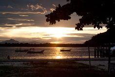 Simples e exuberante são dois adjetivos que resumem muito bem a Ilha de Superagui. Antes do decreto de criação do parque, que determinou rígidas regras de uso do solo, a ilha  manteve-se quase intocada devido as dificuldades de acesso. Apenas recentemente começou a funcionar um serviço regular de barco entre Paranaguá e Barra do Superagui, que tem duração de 2h30 a 3h30.