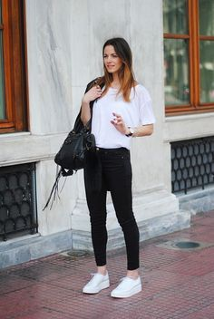 Super ideas how to wear white sneakers street style outfit ideas White Sneakers Outfit, Sneakers Fashion Outfits, White Outfits, Mode Outfits, Casual Outfits, White Tshirt Outfit, Sneaker Outfits, Mode Chic, Mode Style