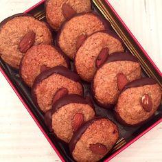 Disse mandeltoppe, er et hit bland julegodterne. De minder ret meget om kransekager, hvilket også gør dem gode til nytår. Opskrift: (22 stk) 200g Mandler 1 dl Sukrin gold 50g Smør 1 æg Skal fra en Øko appelsin 22 hele mandler 100g mørk chokolade til bund Fremgangsmåde: Blend mandlerne til fin mel, og bland med …