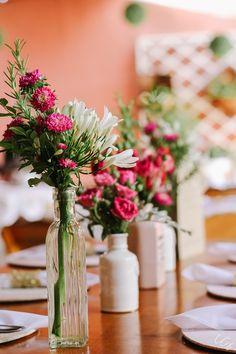 Vasos com flores rosas e brancas para casamento