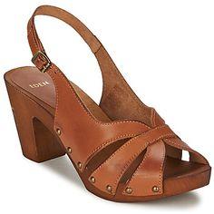 Para conquistar en verano, contamos con estas sandalias diseñadas por Eden en marrón Con un corte en piel y su suela en caucho, Blim se convertirá en tu aliado de moda. Muy cómodos de llevar, estos zapatos combinan las ventajas de las plantillas en cuero con las del forro en sintético. Calza este tacón de 8 cm para tener un estilo muy fashion.