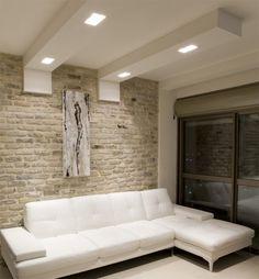 faux plafond blanc et élégant avec un éclairage intégré dans le salon