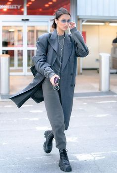 This all-gray look on Bella Hadid is just another example of her expert off-duty style. Oddly, less expensive wire headphones are an understated symbol of luxury. Bella Hadid Outfits, Bella Hadid Style, Bella Gigi Hadid, Style Invierno, Modell Street-style, Look Fashion, Fashion Outfits, Model Outfits, Look Star