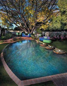 jardín con piscina y fuentes decorativas muy bonitas