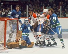 Great Hockey Photos You've Just Seen for the First Time! Vancouver Canucks, Goalie Mask, Hockey Goalie, Montreal Canadiens, Nhl, Baseball Cards, Pictures, Photos, Classic