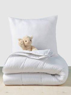 Couettes 4 saisons anti-acariens traité Bi-ome blanc - Stop aux allergies ! Hypo-allergénique pour la peau de l'enfant, c'est la solution efficace pour une protection permanente et une hygiène optimale du couchage Bed Pillows, Pillow Cases, Accent Chairs, Furniture, Hypo, Home Decor, Solution, Allergies, Lily
