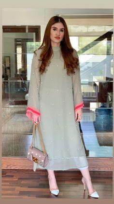 Beautiful Pakistani Dresses, Pakistani Formal Dresses, Pakistani Dress Design, Pakistani Outfits, Pakistani Long Kurtis, Kurti Pakistani, Pakistani Fashion Party Wear, Indian Fashion Dresses, Dress Indian Style