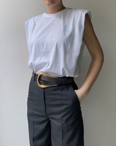 Perfect padded muscle tee from Frankie Shop paired with high waited trousers and a oversized buckle belt - chic spring street style outfit idea Coat Outfit, Beige Outfit, Outfit Chic, Indie Outfits, Fashion Outfits, Fashion Weeks, Grunge Outfits, Fashion Tips, Looks Street Style