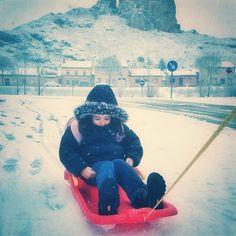 #myinstagram365proyect día093 al menos hoy tenemos la #nieve  suficiente (pero poca) para ir al #cole en #trineo #aguilardecampoo