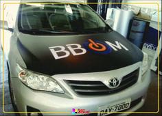 Envelopamento capô Corolla BBOM em preto fosco, com adesivos em recortes aplicado - Campos Novos-SC