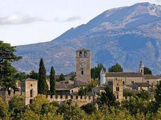 Castellaro Lagusello è un antico borgo tra i più belli d'Italia. Sorge vicino a un lago in provincia di Mantova e ospita molte cose da vedere. Mincio.